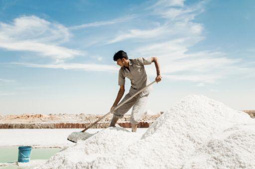 A salt worker in Rajasthan harvest salt.